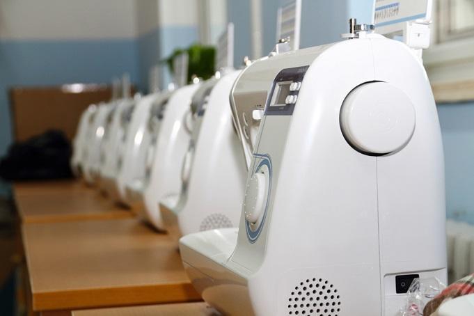 Несколько машинок стоят в ряд.