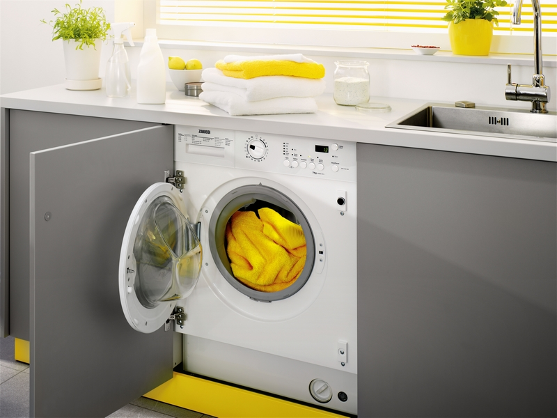 Стиральная машина в кухонном гарнитуре.